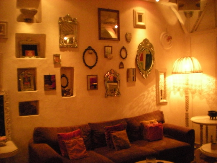 mur de miroirs et cadres au café Bali Seminyak