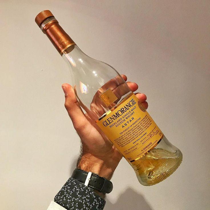 """The Whisky Show London'da tattığımız özel şişelerden biri de ilk olarak 2008'de sunulan sınırlı üretim Glenmorangie ekspresyonu Astar'ın 2017 sürümüydü. Astar Galce """"yolculuk"""" anlamına geliyor ve markanın yaratıcısı Dr Bill Lumsden bu viskiyi yaratırken Missouri ormanlarından özel olarak seçtiği """"yavaş büyüyen"""" (slow growth) beyaz meşe (Quercus Alba) ağaçlarından yaptırdığı fıçıları kullanıldığını belirtiyor. Limonlu cheesecake kararmaya yüz tutmuş muz ve badem ezmesi notalarıyla…"""