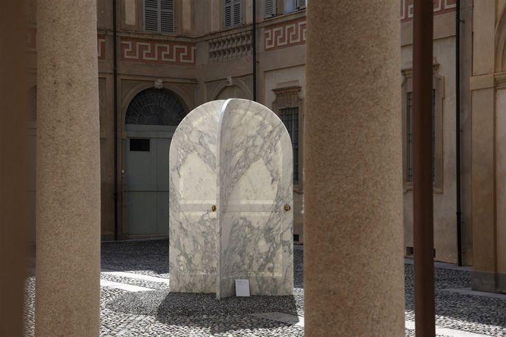 Piacenza, nel cortile principale dello splendido Palazzo Anguissola di Grazzano, l'opera Revolving Arches, due giganteschi portali curvi in marmo realizzati dal grande designer israeliano Ron Gilad per C.Ar.D. ow.ly/TwByn