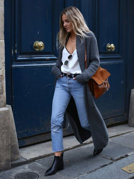 8 Ideias de looks para testar antes que o inverno termine. Blusa de alcinha, maxi casaco de tricô, calça jeans, ankle boot