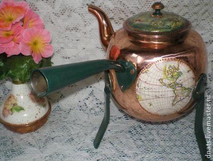 Чайник медный на трех высоких ножках   Этот чайник удобен тем, что под него можно ставить свечу и греть во время чаепития Декорирован в технике декупаж.   Происхождение неизвестно.Клейма нет.Состояние отличное. Верхняя пимпочка деревянная.