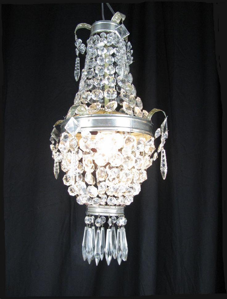 Lampadario in Cristallo da Ingresso degli inizi del 1900, con struttura in lamierino di ferro e cristalli;