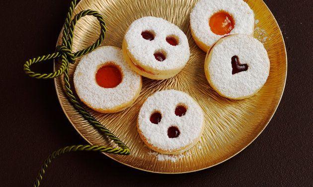Spitzbuben gehören unbedingt auf den Teller mit den Weihnachtsguetzli. Einfaches Rezept, feiner Teig, grosser Genuss. Halten Sie die Ausstecher bereit!