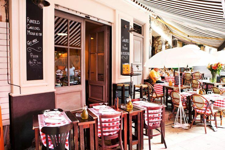 """Nizzan vanhassa kaupungissa on useita hyviä ruokapaikkoja ja kala- ja äyriäisravintoloita. Monet tarjoavat valmiin kolmen ruokalajin menun hyvään hintaan. Usein ateria tarjotaan """"á la Provençale"""", mikä tarkoittaa, että ruokaan kuuluu tomaattia tai tomaattikastiketta tai että se on maustettu yrteillä ja valkosipulilla."""