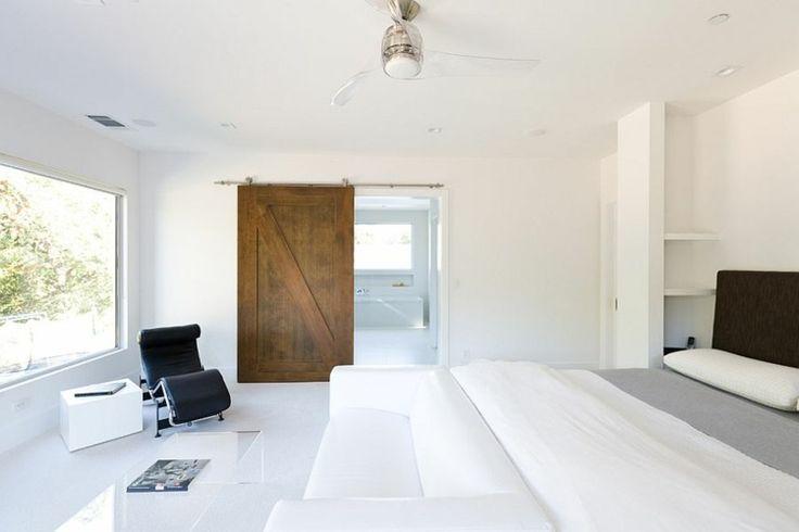 scheunentor im schlafzimmer minimalistisch stil weiss holz hochglanz fliesen