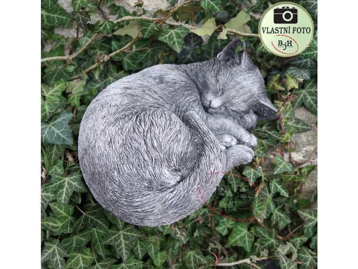 Spící kočka z  mrazuodolného betonu.