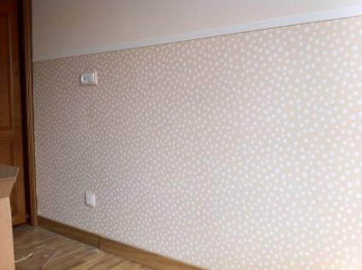 Papel pintado topos bolas friso madera blanco - Habitaciones con papel pintado ...