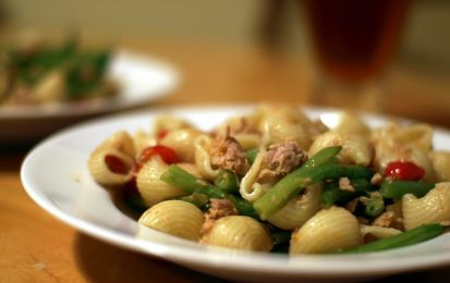 Pasta fredda con pomodorini - La pasta fredda con pomodorini è un gustoso primo piatto estivo che può essere preparato in tantissime varianti. La versione che vi proponiamo è realizzata con tonno in scatola, pomodorini, mozzarella e olive nere. Ovviamente, nulla vi vieta di realizzare altre varianti.