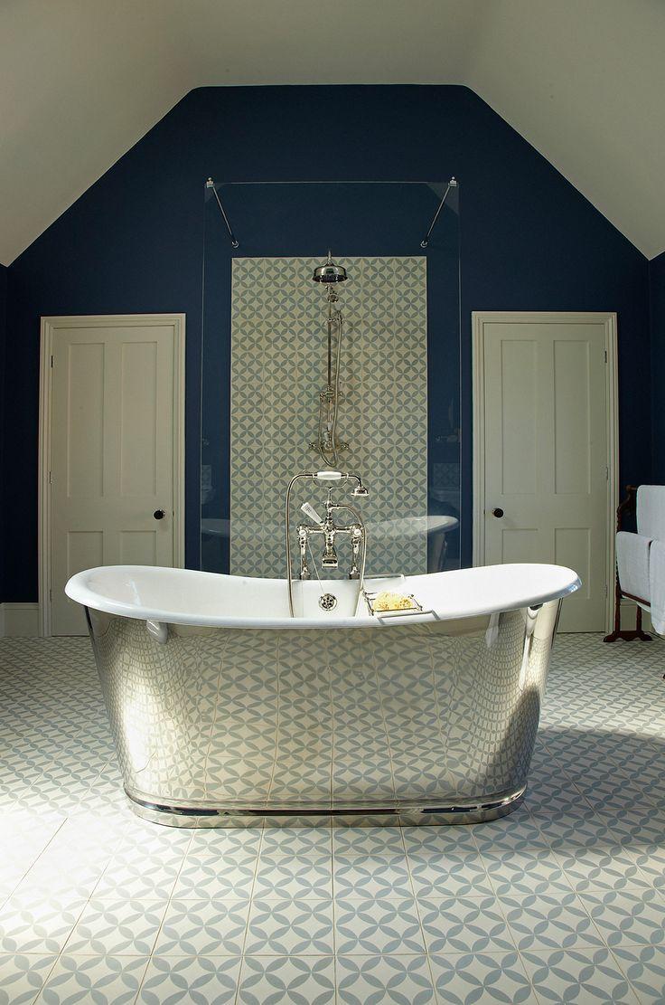 Das Model London wurde von dem luxuriösen Frankreich des 19. Jahrhunderts inspiriert. Neben herrlich geschwungenen Wannenrändern weißt diese Gusseisen #Badewanne auch eine auf Hochglanz polierte Edelstahl-Oberfläche an den Außenseiten auf. Diese einmalige Oberfläche entstand durch sehr sorgfältige und zeitintensive Handarbeit. Da die äußere Form an klassische Waschzuber angelehnt ist, benötigt diese Badewanne keine Füße. http://www.baedermax.ch/freistehende-badewannen/guss/london-94ci.html