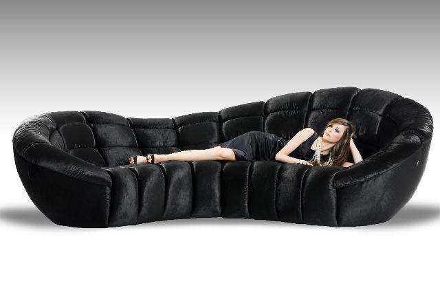 Unieke half ronde design lounge bank Sassy 313x156cm is leverbaar in honderden trendy stoffen en kleuren! Ook leverbaar in een minder diepe of rechte variant. Hoge zijde kan links of rechts.