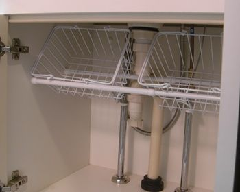 """""""Storage ideas under the sink. Spur and basket."""" or possibly baskets under the sink supported at an angle by a tension rod. シンク下の収納アイディア。突っ張り棒とバスケット。"""