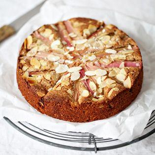 Das war der erste Rhabarberkuchen des Jahres und er traf meine kulinarische Erinnerung an das Sauer-trifft-auf-Süße-Aroma der rosa Stangen formidable. Das nächste Mal würde ich die Teigmenge halbieren, damit der Rhabarber mehr Raum bekommt. Katharina    ORIGINALREZEPT