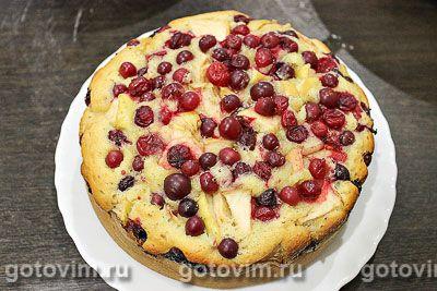 Пирог с клюквой и яблоками готовится легко и быстро.  Тесто получается невероятно воздушным, пористым и рассыпчатым. В начинке приятно сочетается сладость яблока с клюквенной кислинкой. Такой пирог может стать отличным поводом для семейного чаепития.