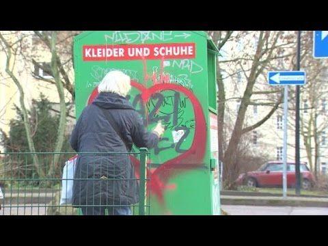 Μία 70χρονη στο Βερολίνο σβήνει νεοναζιστικά γκράφιτι ζωγραφίζοντας καρδιές | Κόσμος | ΕΙΔΗΣΕΙΣ | LiFO