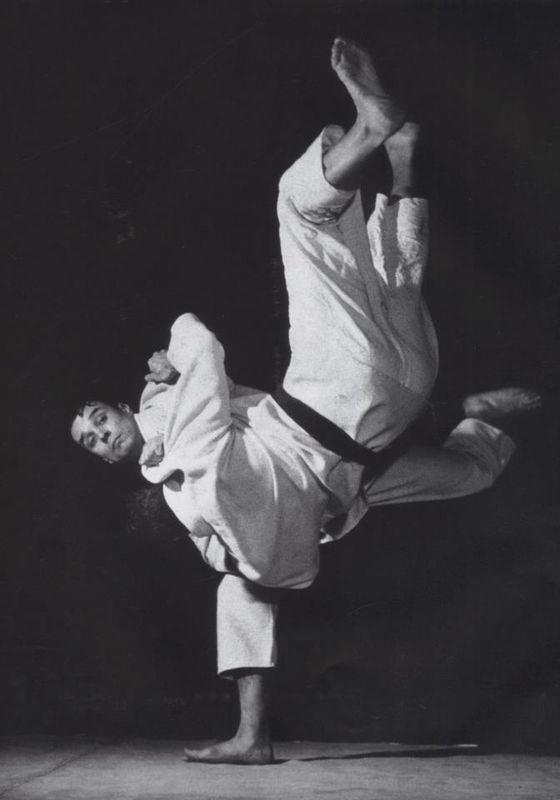 Yves Klein, vers 1952 au Japon.