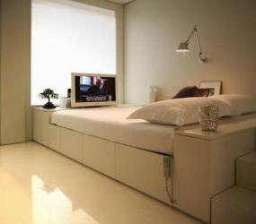 Спальня в белых тонах с глянцевым полом