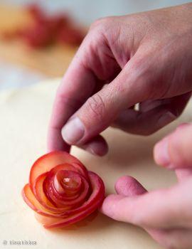 Omenoista tehtäviä ruusuja on vilissyt ulkomaisilla nettisaiteilla viime syksystä lähtien. Tällä tekniikalla loihdit näyttävän koristelun esimerkiksi syksyisen kakun tai piirakan päälle. Ruusut kieritellään ohuista, mikrossa pehmitetyistä omenansiivuista. Ohjeita ja kuvia löytyy lisää googlaamalla