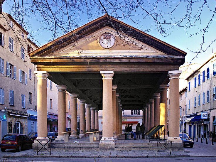 L'Île-Rousse. Halle du marché couvert.//L'Île-Rousse est une commune française située dans le département de la Haute-Corse et la collectivité territoriale de Corse. Son nom officiel fut Isola Rossa jusqu'en 1848. Elle est après Calvi la seconde agglomération de Balagne. Wikipédia