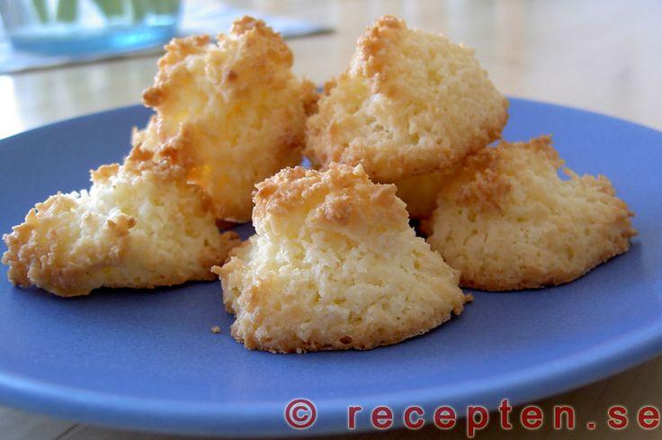 Kokoskakor - Goda kokoskakor gör du snabbt med detta recept! Blanda smör, socker, ägg och kokosflingor. Klicka ut på plåt. Grädda i ugn.