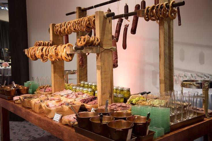 Holzbretter Hochzeitsfeier Brezeln Aufhangen Brezelbar Aufstellen Garten Herzhafte Snacks Salami Schinken Champagnier Oktoberfest Essen Oktoberfest Gastronomie