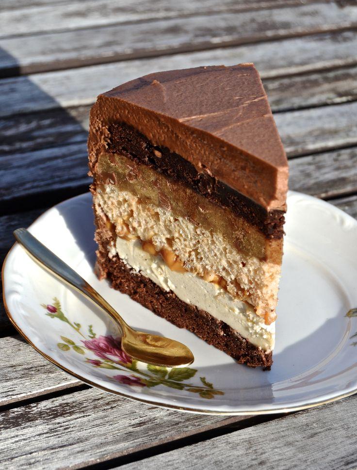 ADVARSEL!+Denne+kage+indeholder+knap+1+kg+smør…+Lagene+fra+toppen+og+ned..:+Frosting+180+g+mørk+chokolade+450+g+flormelis+340+g+blødt+smør+6+spsk+mælk+1/2+tsk+vanilje+1.+smelt+chokoladen+og+lad+den+køle+lidt+af+2.+pisk+alle+ingredienserne+sammen+og+voila;+så+er+der+…