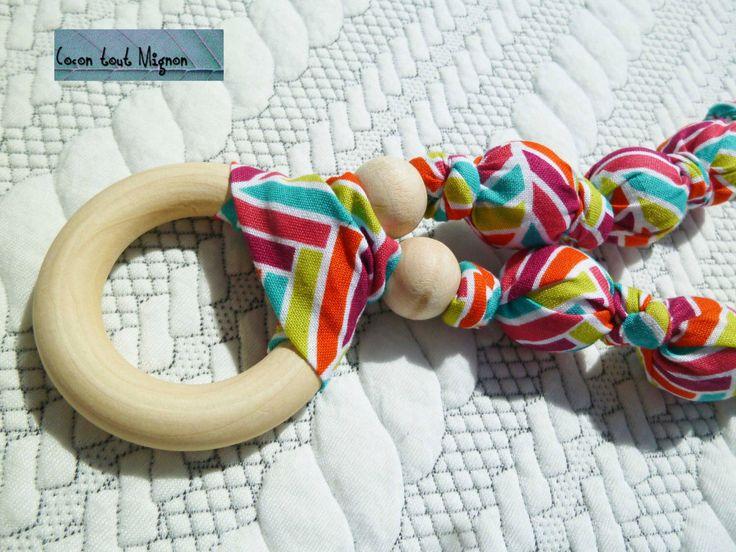 Collier de maternité et de portage en tissus et bois Fleche par CoconToutMignon sur Etsy https://www.etsy.com/fr/listing/240625404/collier-de-maternite-et-de-portage-en