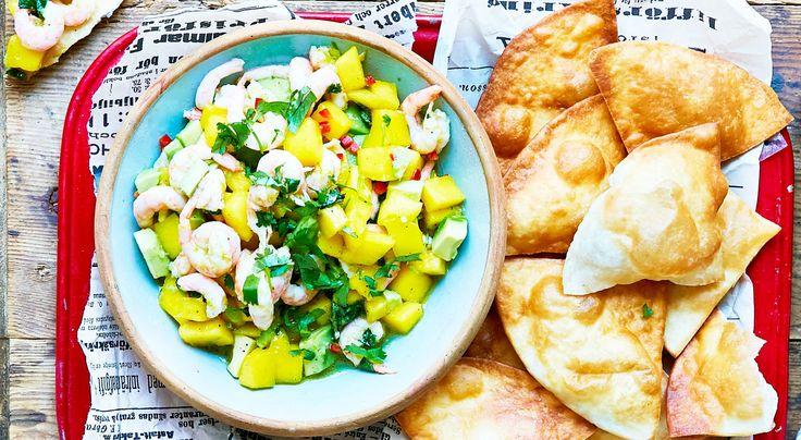 Recept på het räksalsa med mango, koriander och lime.En riktig favorit att ställa fram till drinken. Blanda salsan strax före servering.