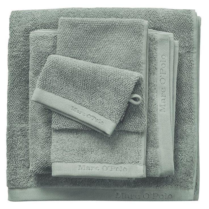 Creëer een klassieke sfeer in de badkamer met de Timeless handdoek van Marc O'Polo! Deze doek is gemaakt van zacht, absorberend katoen en droogt lekker comfortabel af. Het mooie groen en het geborduurde logo maken de chique sfeer helemaal compleet!