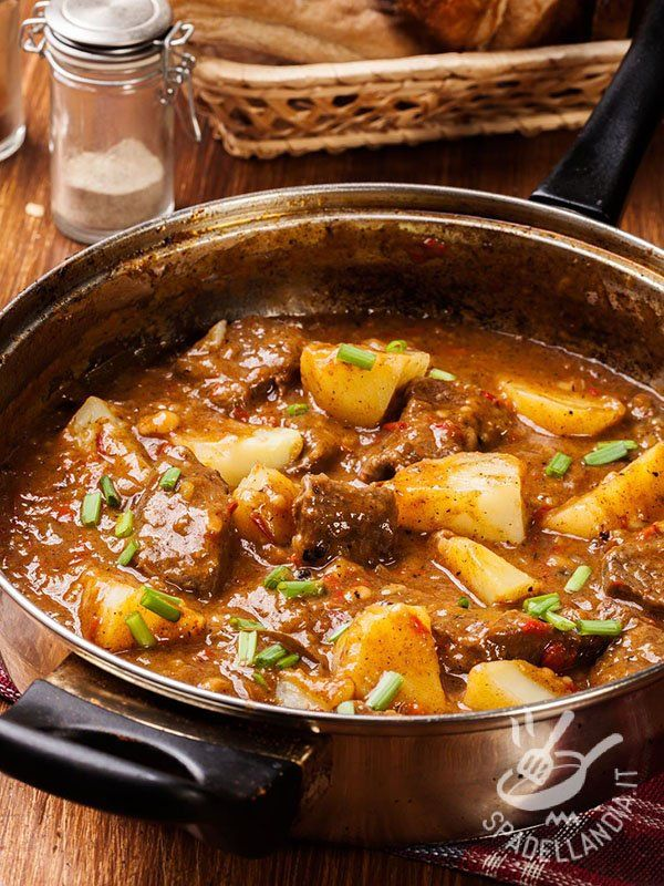 Lo Spezzatino piccante di maiale e patate è una ricetta rustica montanara, ideale per le giornate fredde. Sostanzioso e gustosissimo!