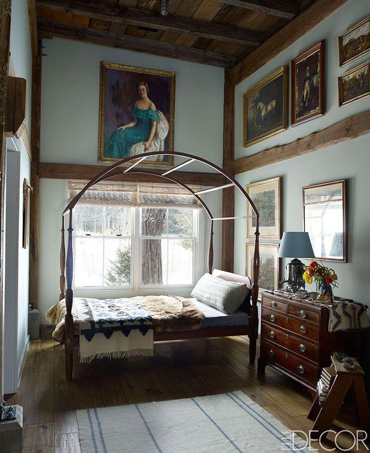 dormitorio, una cama Sheraton campo del siglo 18 se viste con ropa de cama franceses antiguos, la cómoda del siglo 19 es el Inglés, ver el retrato