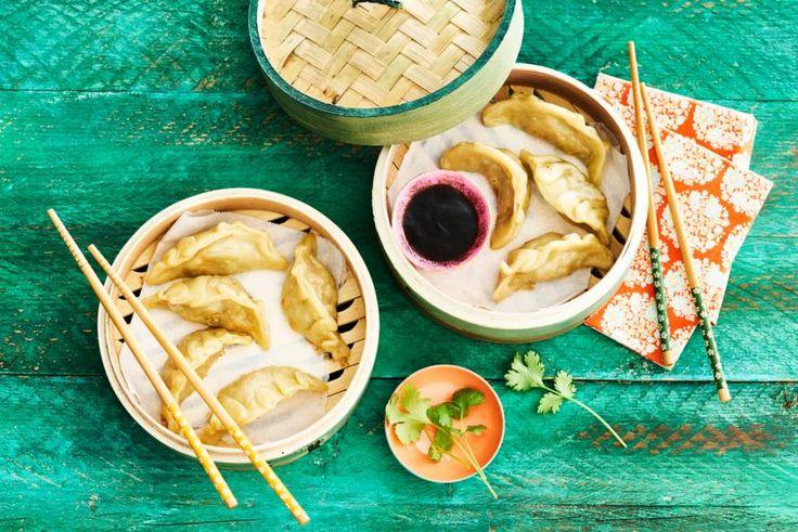 Dumplings kun je vullen met wat je lekker vindt: zoete aardappel, prei en shiitake bijvoorbeeld.- Recept - Allerhande
