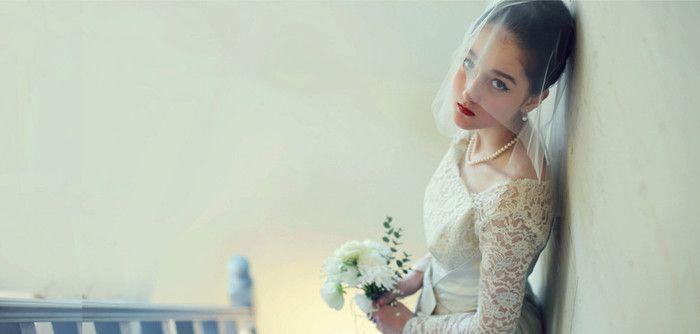 ショートベールに合わせて、ドレスもクールに。 肩から袖にかけてのレースは、花嫁だけの特権。