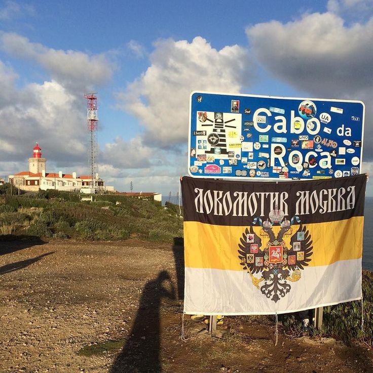 2 недели назад в Португалии на мысе Рока.  Через месяц - в Стамбуле.  В четверг - дома в Черкизово.  Как же мы скучали по евро-матчам!  #1981 #фклм #навыезде #локомотив #лиссабон #португалия #мысрока #маяк #океан #fclm #lokomotiv #lisboa #lisbon #cabodaroca #roca #ultras #ontour #lighthouse #stickers by 1981_ru