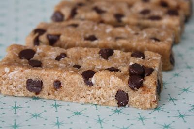DIY Vanilla Chocolate Chip Protein Bars #Homemade #Healthy #CleanEating #Recipes