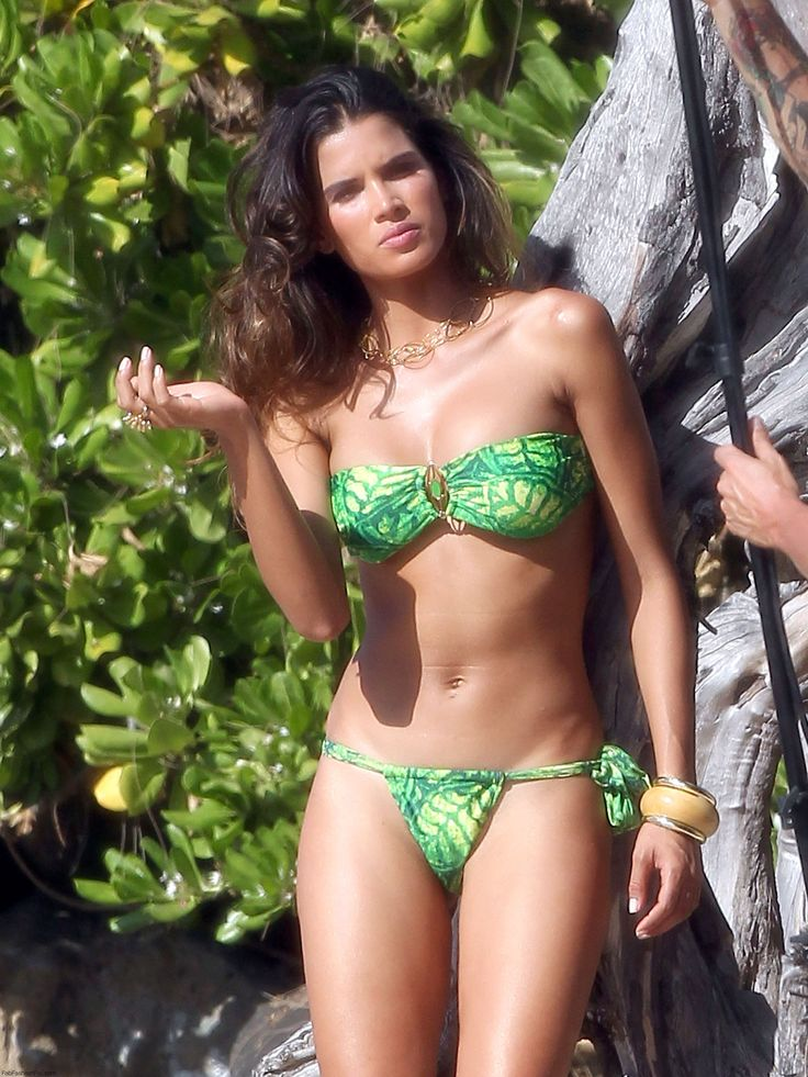 Raica Oliveira in green bikini