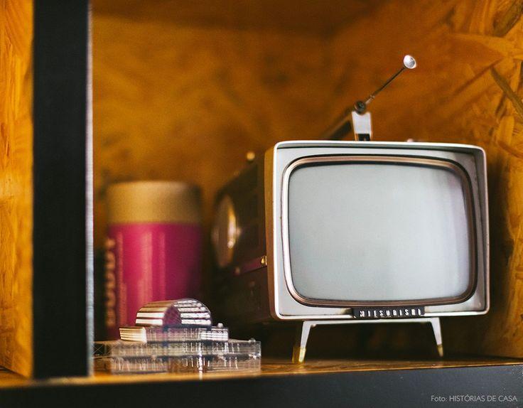 30-decoracao-escritorio-estante-osb-televisao-vintage