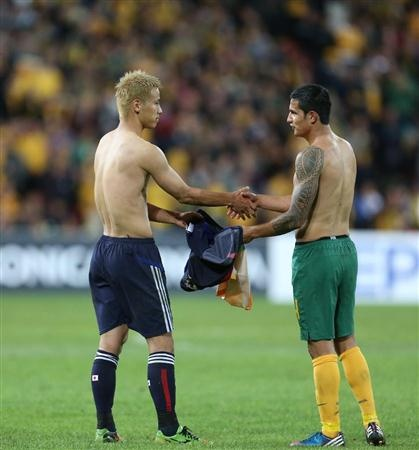 Keisuke Honda and Time Cahill,just after the game of Japan vs Australia,2012.06.12 in Australia @ケーヒル、本田を賞賛「ゲームを支配」