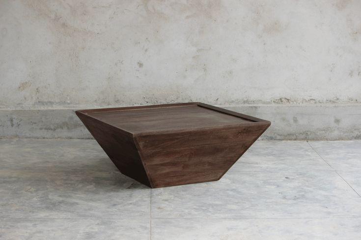 Mycket vackert kvadratiskt soffbord tillverkat av mörkt mangoträ Längd/bredd/Höjd: 90/90/45 cm