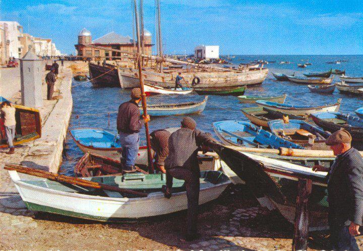 """Olhão - Esta imagem bastante antiga mostra-nos a """"guarita"""" da Guarda Fiscal que fazia a vigilância no cais, vinte e quatro horas por dia. Foi aqui na """"Barreta"""" hoje coqueluche do Algarve que aprendi a nadar."""