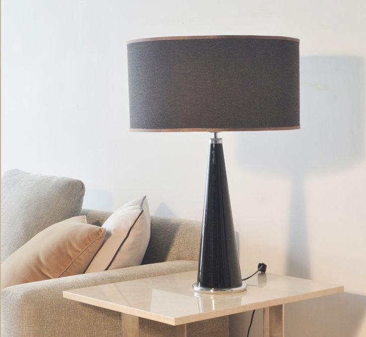 Materiales: Lampara de mesa cristal negro, detalle cromado en la base , pantalla negra. Medidas: Diámetro 0,40 mt x 0,22 mt x 0,67 mt de altura total