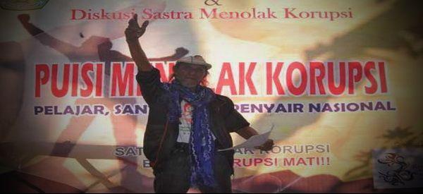 Saya publikasikan kembali sebuah esai menarik karya Bang Asa (Ali Syamsudin Arsi); salah satu penyair Indonesia asal Kalimantan Selatan yang cukup kreatif dan produktif. Tulisan ini cukup panjang karena disertakan juga beberapa puisi karya penyair asal Kalimantan Selatan yang terkumpul dalam buku kumpulan puisi Memo untuk Presiden.