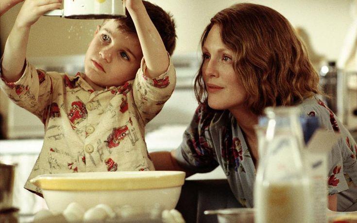 Η Τζούλιαν Μουρ στην ταινία «Οι ώρες» (2002) υποδύεται μια προβληματική, καταθλιπτική μητέρα με τάσεις αυτοκτονικές, που στιγματίζει τον μικρό της γιο ισοβίως.