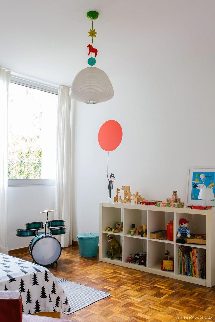 Adesivo lúdico decora a parede do quartinho infantil.