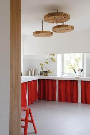 Des rideaux de cuisine qui misent tout sur le rouge - Mettre de la couleur dans chaque pièce - CôtéMaison.fr