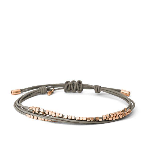 Dieses klassische Armband ist in dieser Saison ein wichtiges Accessoire. Auf hochwertige Lederschnüre sind glänzende Metall-Nuggets gefädelt.