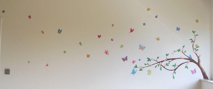 Muurschildering tak met vlinders