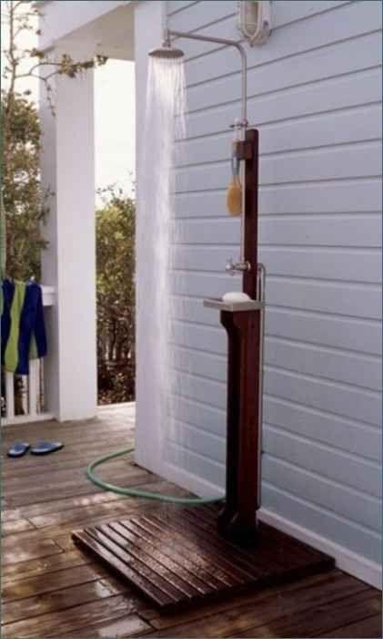 Esta sencilla ducha al aire libre es perfecta para una casa de playa.
