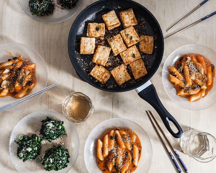 Dennis hat mir beigebracht, wie knuspriger Tofu in der Pfanne so richtig geil gelingt. Außerdem haben wir Spinatsalat und Tteokbokki gemacht. Ein Fest!
