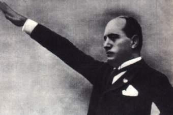 L'on. Mussolini parlò per la prima volta alla Camera il 21 giugno. Aveva preso posto nell'ultimo scanno di destra, dove mai nessuno, prima di lui, aveva osato sedere. Staccato dagli altri, così in alto, sembrava un avvoltoio accovacciato su una rupe. - Vi dichiaro subito che il mio sarà un discorso di 'destra'. Sarà un discorso reazionario perché sono antiparlamentare, antidemocratico, antisocialista. (II, 25)