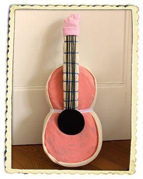 Das perfekte Geschenk zu Taufe und Geburt für kleine Musiker! Hier gibt es die kostenlose Anleitung für die Windelgitarre: http://www.windeltorten-macher.de/anleitungen/windelgitarre